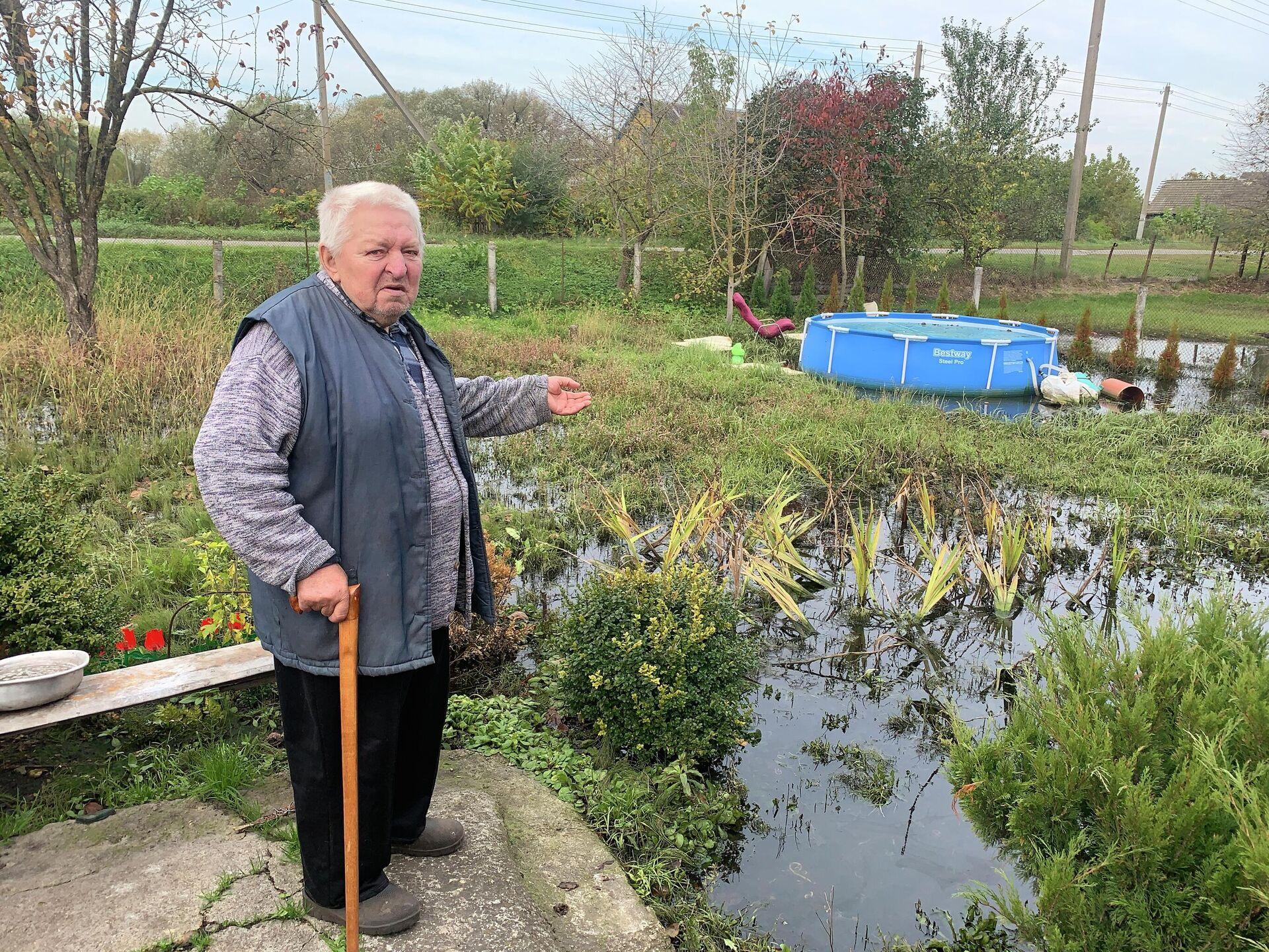 Летом внуки хозяина плавали в мини-бассейне, сейчас до него можно добраться только вплавь - Sputnik Беларусь, 1920, 06.10.2021