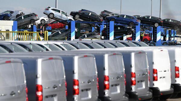Автомобили на автовозе на заводе Vauxhall в порту Элсмир, к востоку от Ливерпуля - Sputnik Беларусь