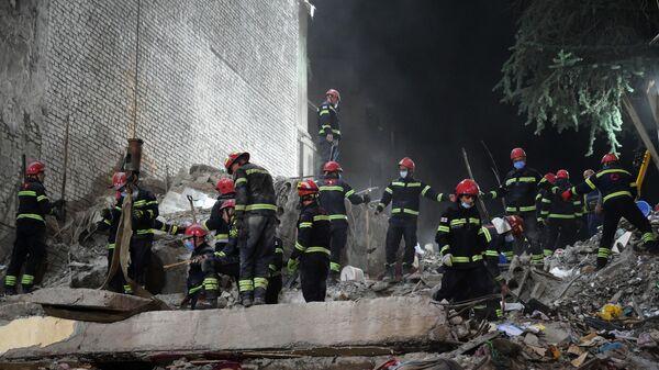 Поисковые работы и разбор завалов на месте обрушения одного из подъездов пятиэтажного дома на улице 26 мая в Батуми - Sputnik Беларусь