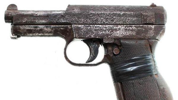 Найденный мужчиной пистолет - Sputnik Беларусь
