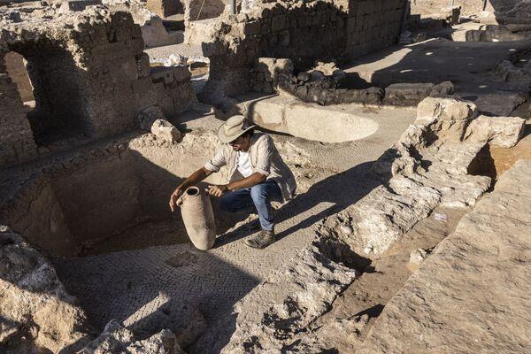 Израильские археологи заявили в понедельник о находке и рассказали, что комплекс включает в себя пять винных прессов и склады, печи для производства глиняных емкостей и десятков тысяч фрагментов и кувшинов. - Sputnik Беларусь