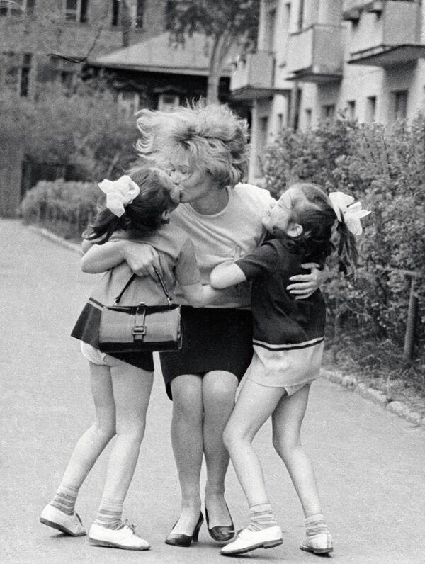 Мама абдымае дзяўчынак-двайнят, толькі што выпісаных з Хірургічнага аддзялення Цэнтральнага інстытута ўдасканалення ўрачоў, 1969 год. - Sputnik Беларусь