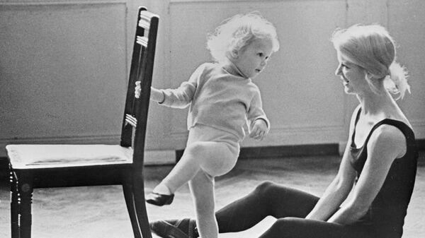 Мама-балерина с дочкой на репетиции - Sputnik Беларусь