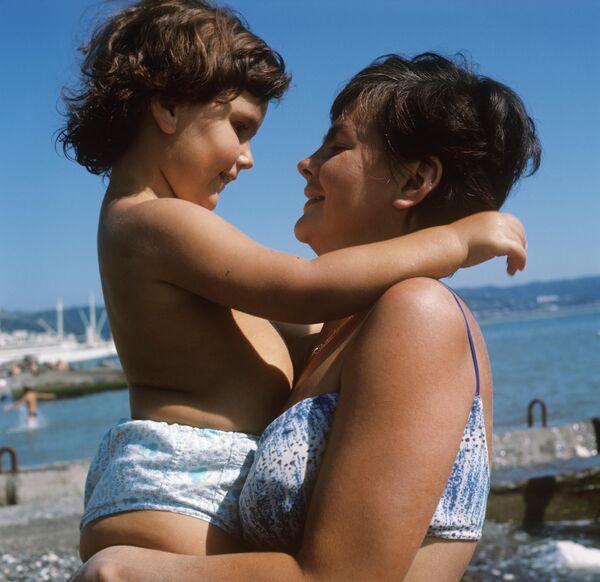 Мама і дачка на пляжы ў Сухумі, 1969 год. - Sputnik Беларусь