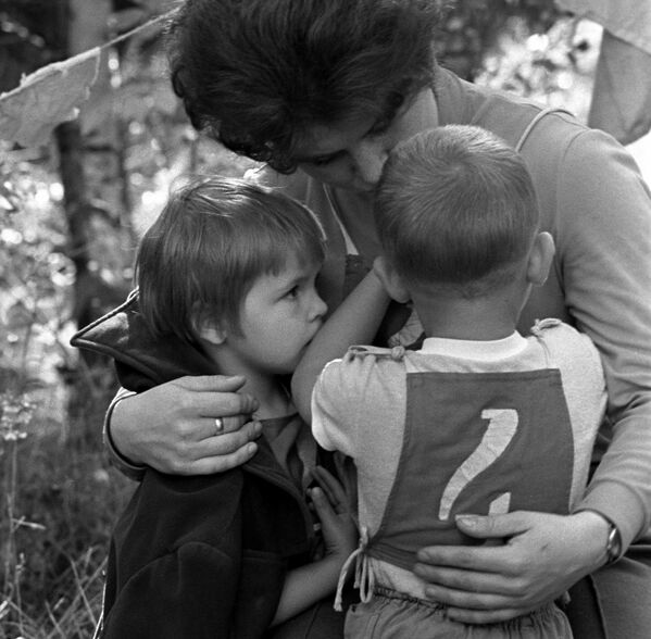 """""""Тата, мама, я - спартыўная сям'я"""". Мама суцяшае сына, які прайграў у конкурсе. Звянігарад, 1975 год. - Sputnik Беларусь"""