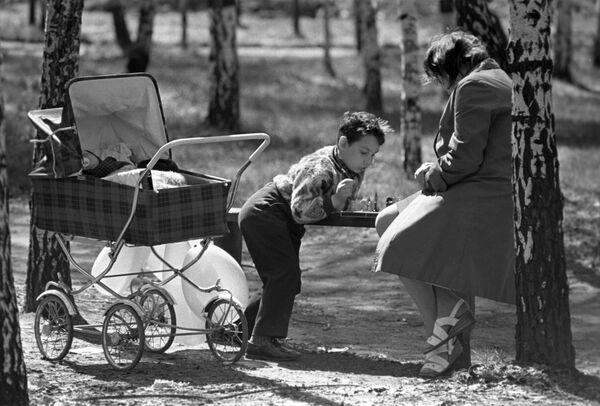 """Маскоўскі парк """"Сакольнікі"""". Мама з сынам гуляе ў шахматы. 1975-ы. - Sputnik Беларусь"""