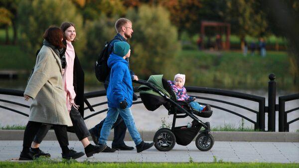 Люди гуляют в парке - Sputnik Беларусь