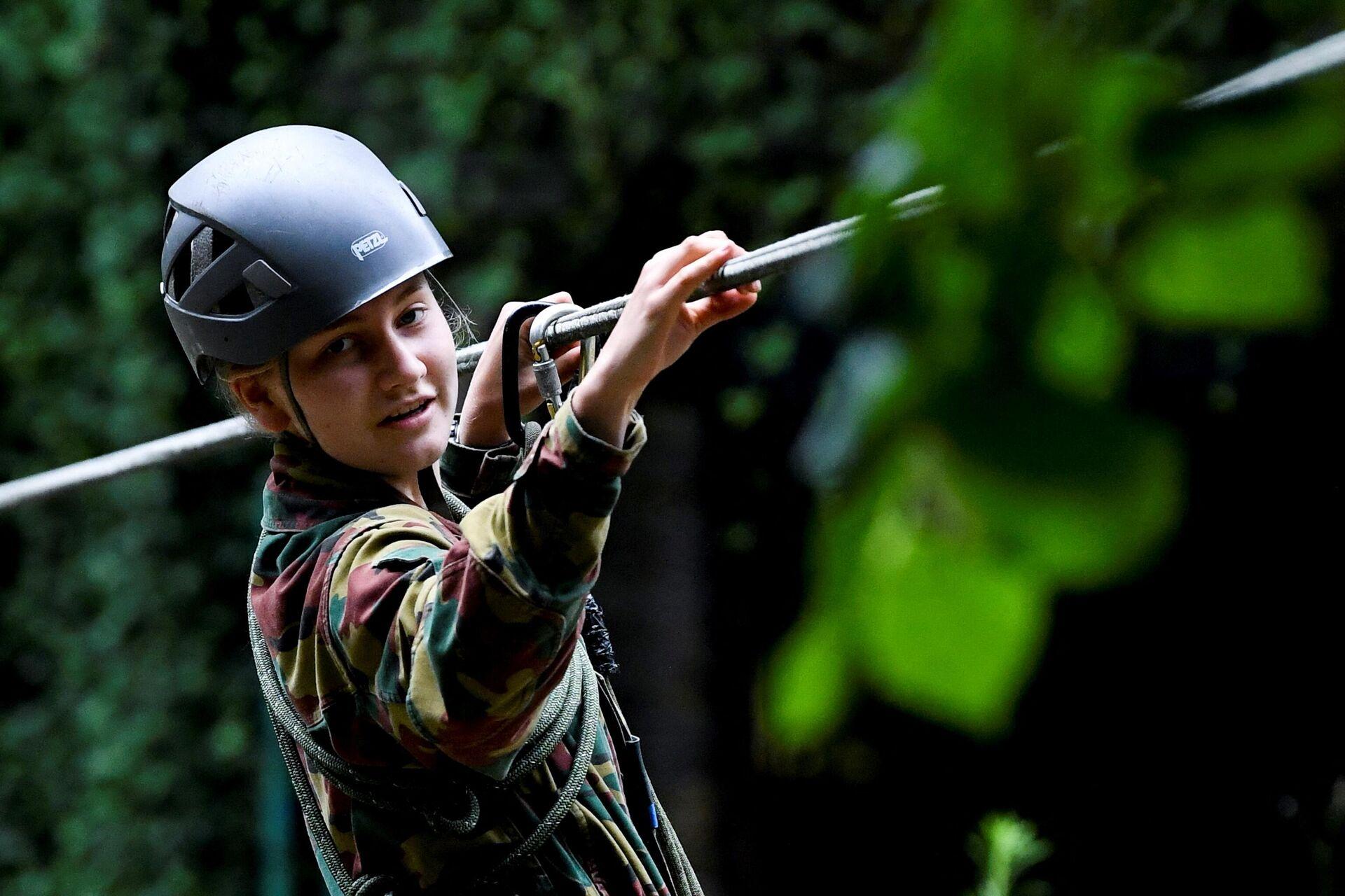 Елизавета на тренировках в Учебном центре Commando, это стало завершающим этапом ее годичного обучения в Королевской военной академии в Марш-ле-Даме - Sputnik Беларусь, 1920, 13.10.2021