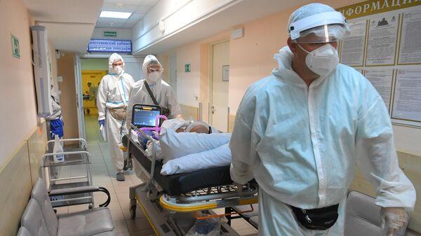Медицинские работники транспортируют пациента с COVID-19 - Sputnik Беларусь