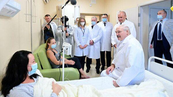 Александр Лукашенко во время посещения клиник Минского района - Sputnik Беларусь