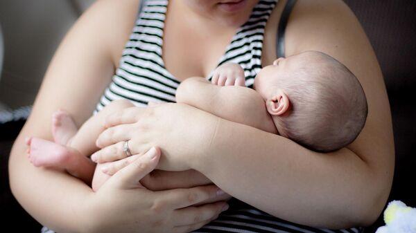 Женщина с новорожденным ребенком - Sputnik Беларусь