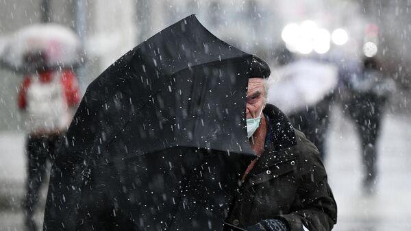 Пожилой мужчина под зонтом  - Sputnik Беларусь