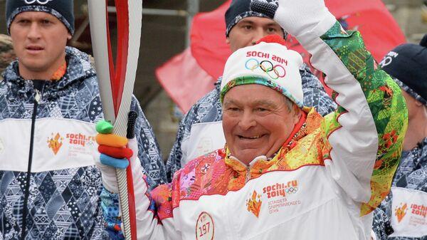 Спортсмен Вячеслав Веденин (в центре) во время эстафеты Олимпийского огня в Москве - Sputnik Беларусь