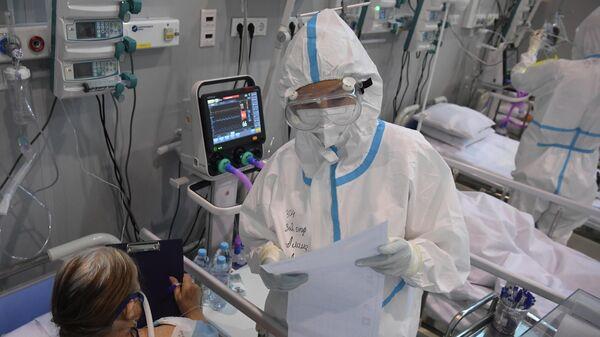 Врач и пациент в больнице для больных коронавирусом - Sputnik Беларусь