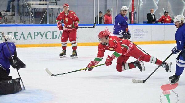 Николай Лукашенко в хоккейном матче против сборной Брестской области - Sputnik Беларусь