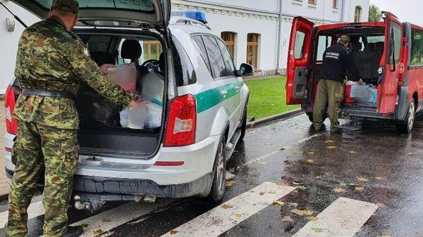 Польская Погранслужба грузит в авто гуманитарную помощь нелегалам - Sputnik Беларусь