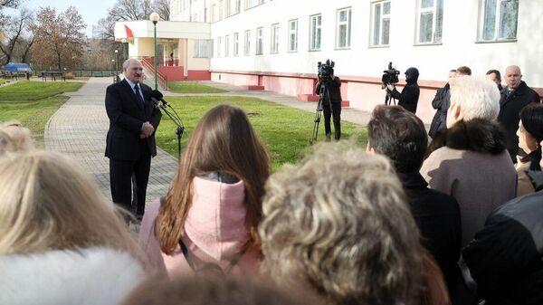 Президент Беларуси Александр Лукашенко общается с коллективом Лидской ЦРБ - Sputnik Беларусь