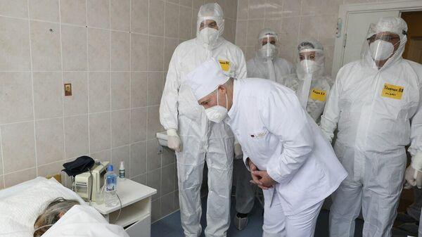 Как Лукашенко в красной зоне подбадривает пациентов – видео  - Sputnik Беларусь