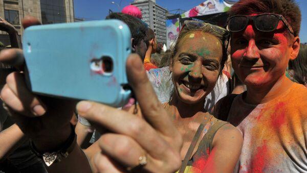 Селфи на Фестивале красок ColorFest - Sputnik Беларусь