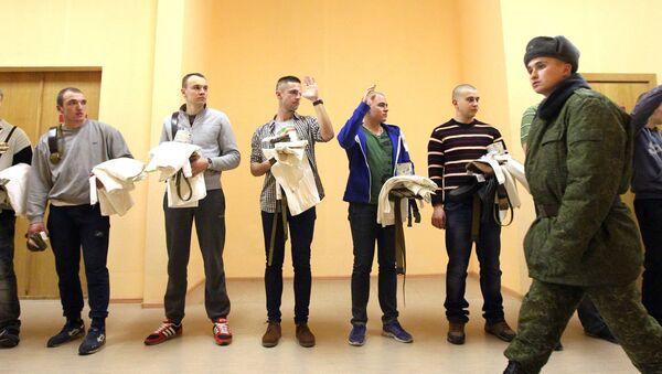 Прызыўнікі атрымліваюць абмундзіраванне - Sputnik Беларусь