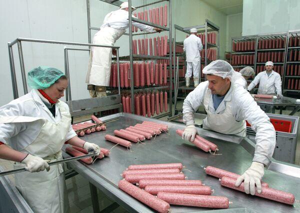 На предприятии по выпуску сырокопченых мясных изделий, архивное фото - Sputnik Беларусь