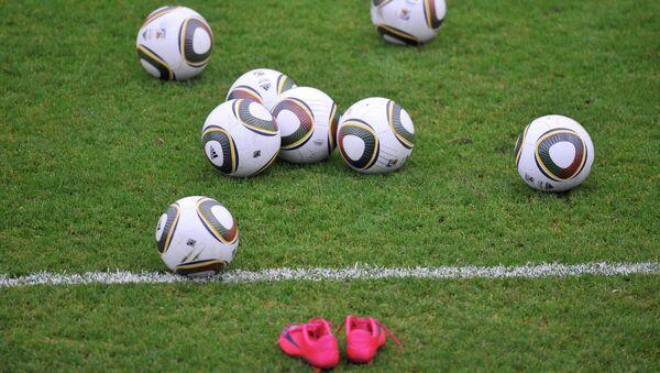 Футбольныя мячы на полі - Sputnik Беларусь