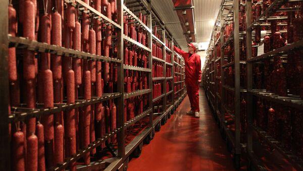 На белорусском мясоперерабатывающем предприятии - Sputnik Беларусь