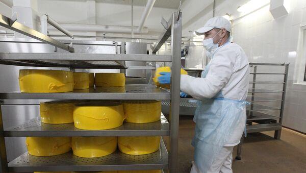 Производство белорусского сыра, архивное фото - Sputnik Беларусь