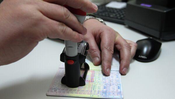 Проставление штампа в паспорте на белорусской таможне - Sputnik Беларусь