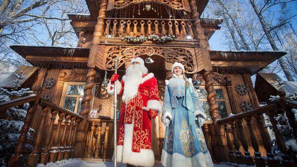 Дед Мороз и Снегурочка в резиденции в Беловежской пуще - Sputnik Беларусь