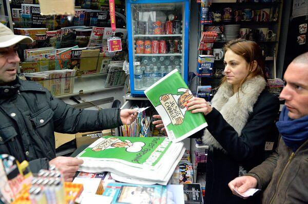 Девушка покупает новый номер журнала Charlie Hebdo - Sputnik Беларусь