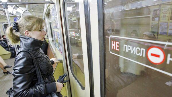 В вагоне минского метро - Sputnik Беларусь