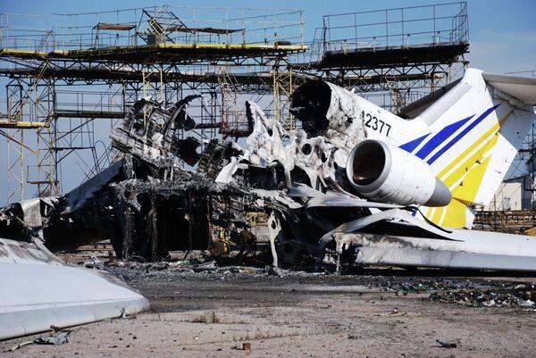 Разрушенный самолет в аэропорту города Донецка, архивное фото - Sputnik Беларусь