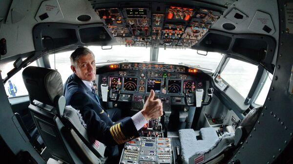 Пилот на борту Boeing/737-800 NG - Sputnik Беларусь