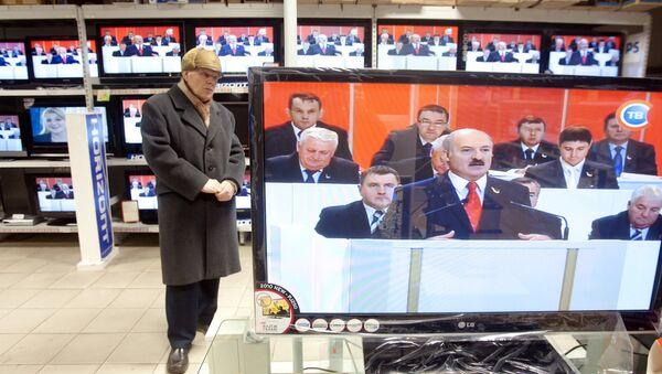 Пенсіянер слухае выступленне Лукашэнкі ў краме - Sputnik Беларусь