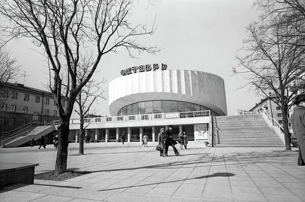 Здание кинотеатра Октябрь в Минске, апрель 1975 года - Sputnik Беларусь