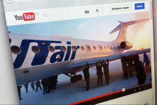 Пассажиры, толкающие самолет в Игарке - Sputnik Беларусь