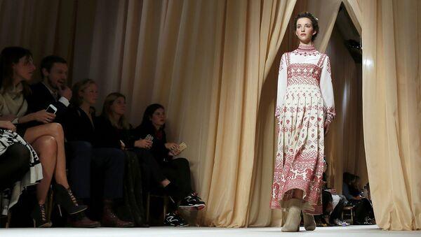 Новая коллекция модного Дома Valentino на Неделе высокой моды в Париже - Sputnik Беларусь