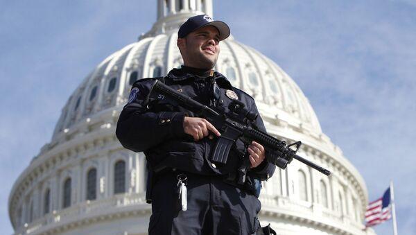 Полицейский у Капитолия, Вашингтон - Sputnik Беларусь