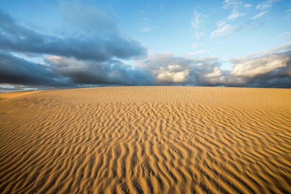 Песок на острова приносят восточные ветры из Африки, так что канарские дюны можно считать маленьким филиалом Сахары. - Sputnik Беларусь