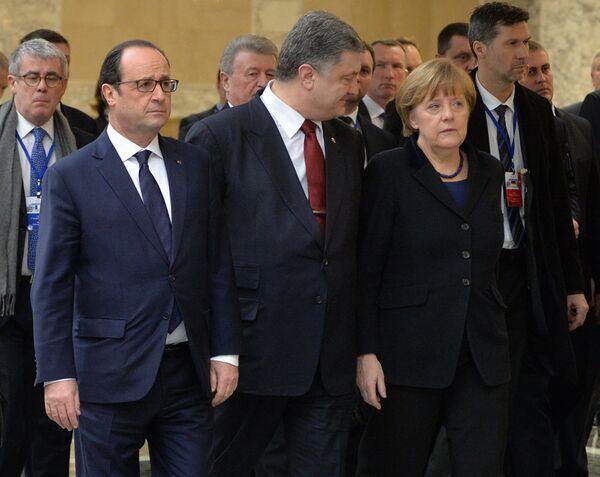 Франсуа Олланд, Петр Порошенко и Ангела Меркель на переговорах в Минске - Sputnik Беларусь