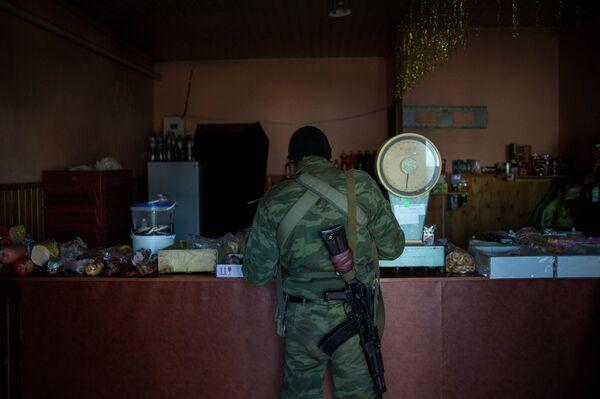 Боец ополчения ЛНР в продуктовом магазине в поселке Новосветловка - Sputnik Беларусь