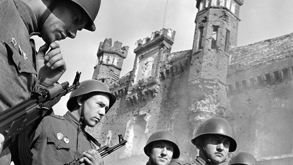 Молодые солдаты советской армии приносят клятву верности у стен Брестской крепости - Sputnik Беларусь
