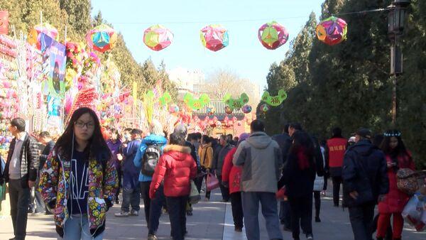 Желто-красные драконы танцевали на новогодней ярмарке в Пекине - Sputnik Беларусь