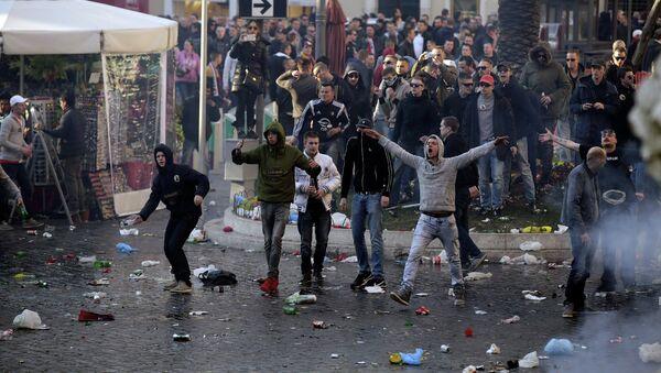 Футбольные фанаты устроили беспорядки в Риме - Sputnik Беларусь