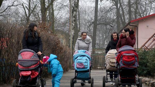 Мамы с детьми на прогулке - Sputnik Беларусь