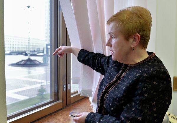 Лидия Ермошина у окна своего рабочего кабинета - Sputnik Беларусь