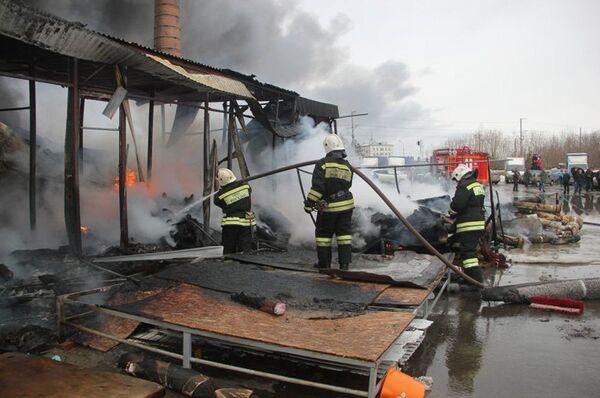 Пожарно-спасательные подразделения МЧС России ликвидируют последствия пожара в Кировском районе Казани - Sputnik Беларусь