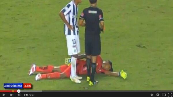 Вратарь эквадорской Барселоны совершил фол против форварда команды-соперника, после чего упал на газон, притворившись, будто потерял сознание - Sputnik Беларусь