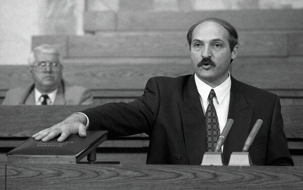 Аляксандр Лукашэнка прысягае на Канстытуцыі, 1994 год - Sputnik Беларусь